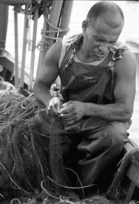 pescatore aggiustando reti cagliari