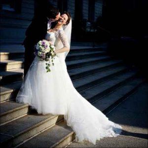 sposi sulle scale